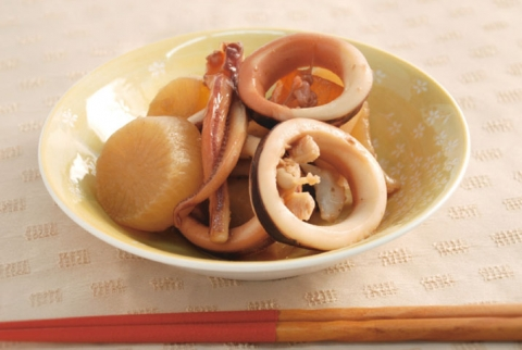 Nitsuke (simmered dish) with Daikon and Squid / イカと大根の煮付け