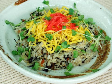 Brown Rice Chirashi Sushi with Hijiki Seaweed<br/>玄米とひじきのちらし寿司