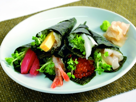 Temaki Zushi (Sushi Hand Roll) with Kaiware Daikon<br/>貝割れだいこんの手巻き寿司